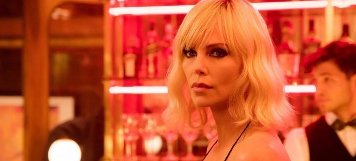 «Взрывная блондинка»: стильный шпионский экшн в свете неона